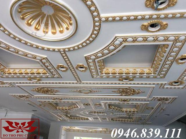 phào chỉ dát vàng trên trần nhà bên trong khách sạn